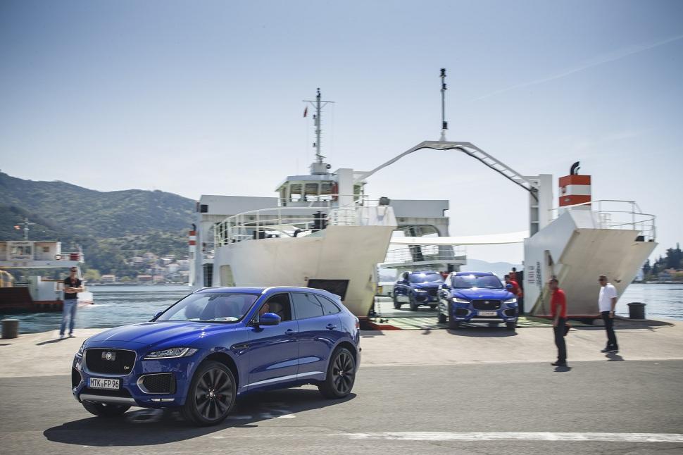 A l'arrivée au Monténégro, les F-Pace sont chargées sur un bac pour traverser un bras de mer avant de se lancer sur les routes pour un test drive destiné à la presse internationale.