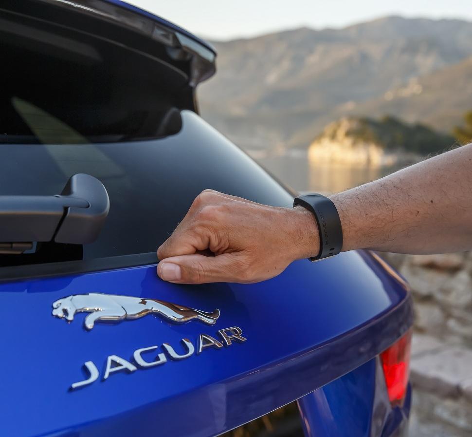 La F-Pace propose (en première mondiale) l'Activity Key. Il s'agit d'un bracelet étanche, antichoc avec un transpondeur intégré. Il permet de laisser les clés en sûreté à l'intérieur de la voiture verrouillée - particulièrement utile si on va par exemple à la pêche ou pratiquer une activité nautique. En verrouillant la F-Pace à l'aide de l'Activity Key, les clés laissées à l'intérieur sont désactivées. Cela permet d'éviter tout risque de perte ou d'altération.
