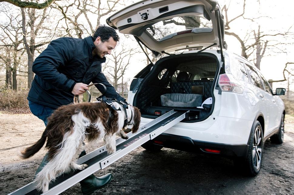 Une rampe permet au chien d'accéder à l'arrière du véhicule, puis le système de séchage se met en marche en diffusant de l'air chaud à l'intérieur du coffre.