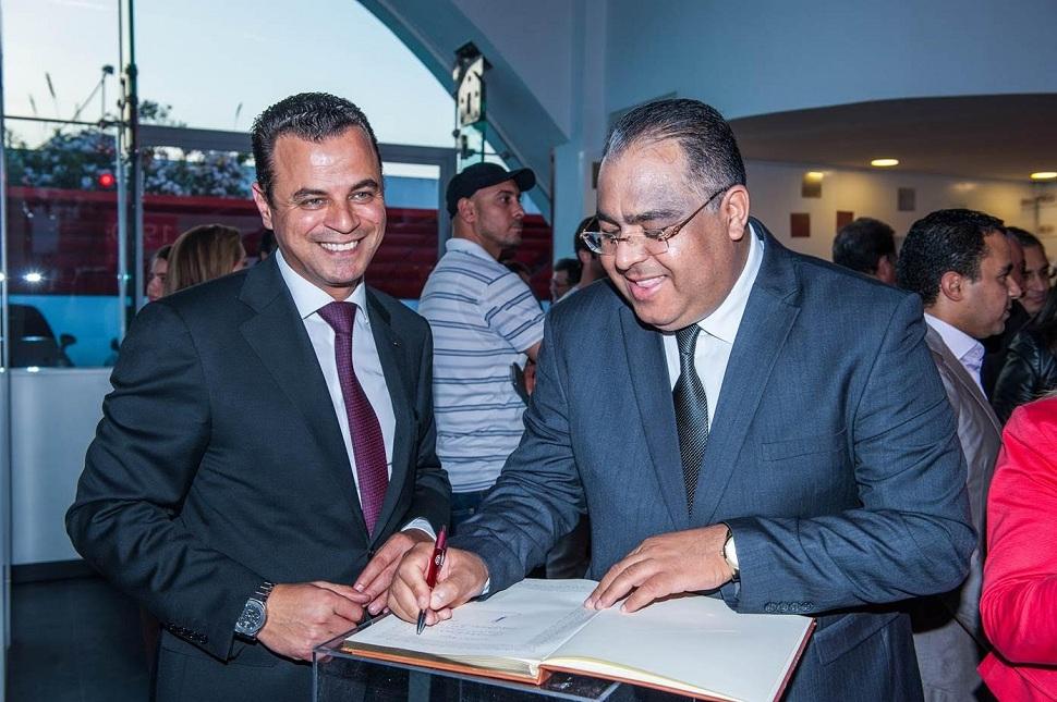 Mohsen Hassan, ministre du Commerce (à dr.), annotant le livre d'or de City Cars en compagnie de Mehdi Mahjoub, directeur général de la société.