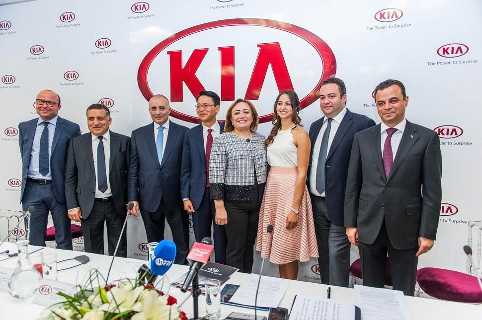 Le management de Kia autour de Sarra Besbes.