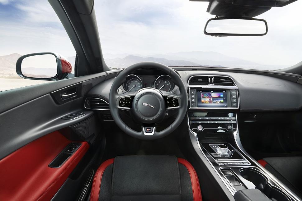 voiture Jaguar XE Tunisie intérieur